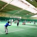 インドアテニスコートでのレッスン風景